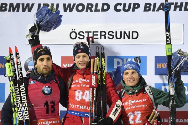 Víťaz Tarjei Boe (uprostred), druhý Martin Fourcade (vľavo) a tretí Erik Lesser.