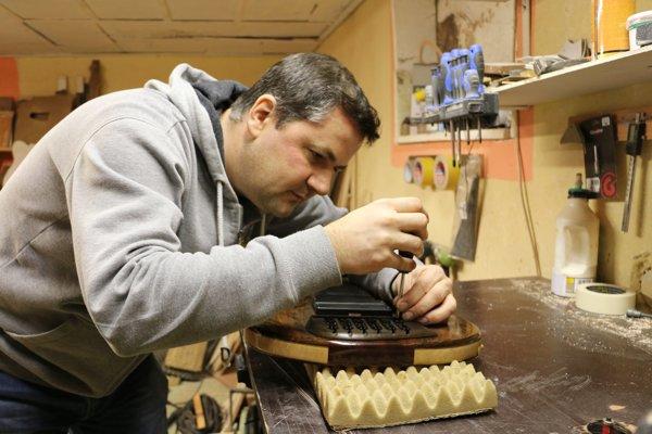 Miroslav Moskal. Výrobe gitár sa venuje už takmer osem rokov.