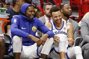 Kevin Durant (vľavo) a Stephen Curry.