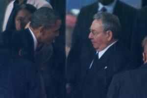 Americký prezident Barack Obama si podáva ruku s kubánskym prezidentom Raúlom Castrom.