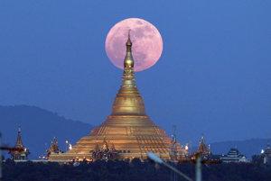 Mesiac v splne - tzv. supermesiac, žiari presne nad pagodou Uppasanti, tiež pagodou mieru, v mjanmarskom Nepjite.