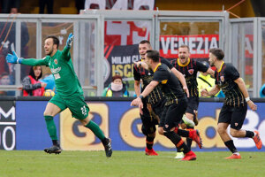 Brankár Beneventa sa raduje so spoluhráčmi zo svojho gólu.