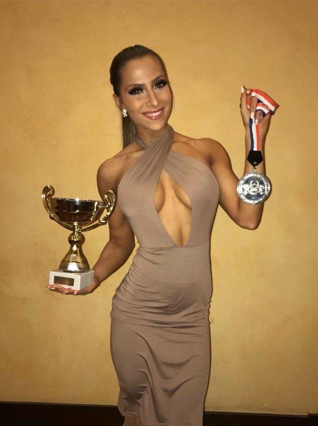 Trajteľová s medailou a pohárom z majstrovstiev sveta senioriek vo Francúzsku