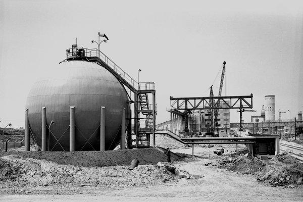 Na archívnej snímke z 20. júna 1962 pohľad na časť staveniska dusikárne chemického závodu Duslo v Šali.