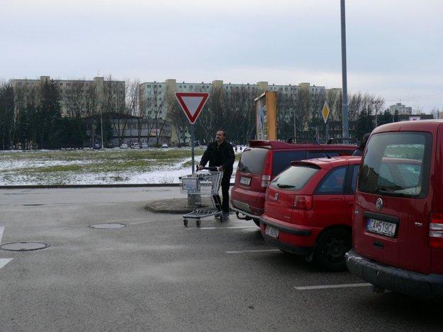 Značka daj prednosť vjazde má opodstatnenie. Na hlavnú cestu zvedľajšej môžu vychádzať autá zprvých dvoch parkovacích miest.