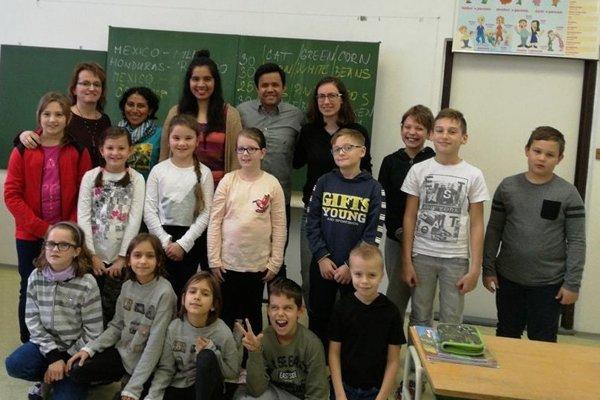 Deti spoločne so zahraničnými dobrovoľníkmi.