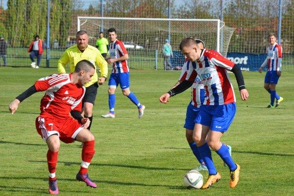 Futbalisti Nového Života majú na čele veľký náskok. V červenom Patrik Kuczman. Archívna snímka je zo zápasu v Pate.