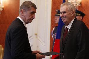 Český prezident Miloš Zeman (vpravo) vymenoval v stredu 6. decembra 2017 predsedu hnutia ANO Andreja Babiša za nového premiéra.