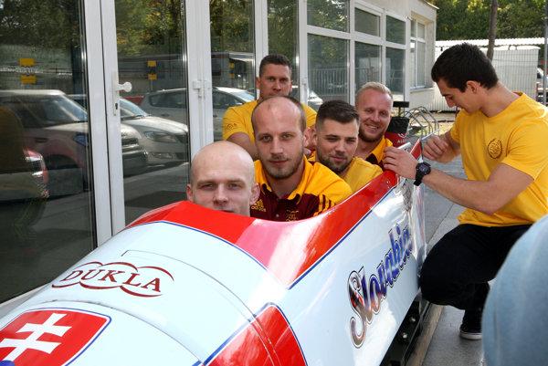 Posádka slovenských bobov (zľava) Radek Matoušek, Lukáš Kožienka, Patrik Subally, Jakub Fendek, Ladislav Noskovič (vľavo od bobov) a Jozef Buvala (vpravo od bobov).
