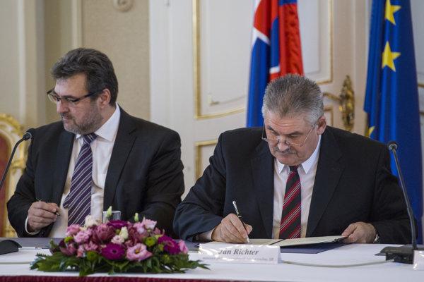 Kolektívnu zmluvu vyššieho stupňa pre zamestnávateľov podpísali v Zrkadlovej sále Úradu vlády.