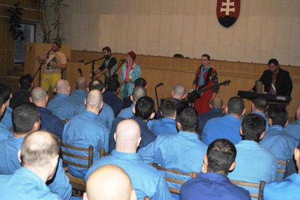 Koncert v base. Väzňom hrala skupina Traky z Čane.