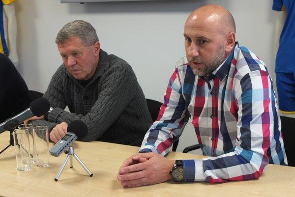 Dvojica trénerov na lavičke áčka FK Pohronie. Milan Nemec (vľavo) a Rastislav Urgela.