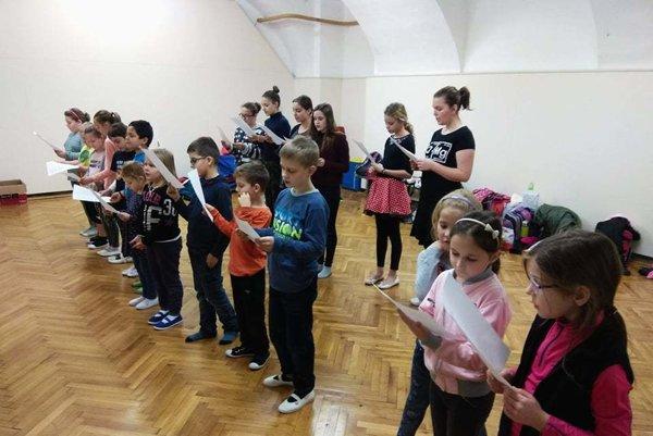 Deti z DFS Drienka nacvičujú na podujatie Slovensko spieva koledy.