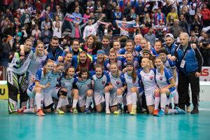 Slovenské florbalistky oslavujú svoje piate miesto na svetovom šampionáte v Bratislave.
