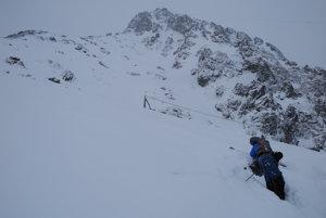 Na snímke lyžiari - snowboardisti, ktorí sa snažia dostať do Kartárikovho žľabu aj napriek zvýšenému lavínovému nebezpečenstvu.