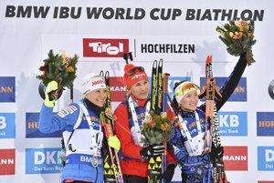 Slovenská biatlonistka Anastasia Kuzminová (uprostred) sa raduje z víťazstva v stíhacích pretekoch. Vľavo druhá Fínka Kaisa Mäkäräinenová a vpravo tretia Bieloruska Darja Domračevová.