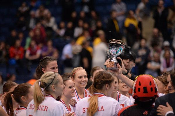 Švajčiarske florbalistky sa radujú z trofeje.