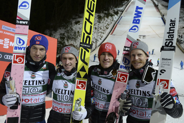 Víťazné družstvo Nórska - zľava Johann Andre Forfang, Anders Fannemel, Daniel Andre Tande a Robert Johansson.
