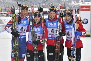 Víťazná nórska štafeta v zložení sprava Ole Einar Björndalen, Henrik L'Abee-Lund, Erlend Bjöntegaard a Lars Helge Birkeland.