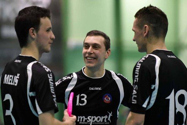 Peter Heleš (v strede) v rozhovore so spoluhráčmi.