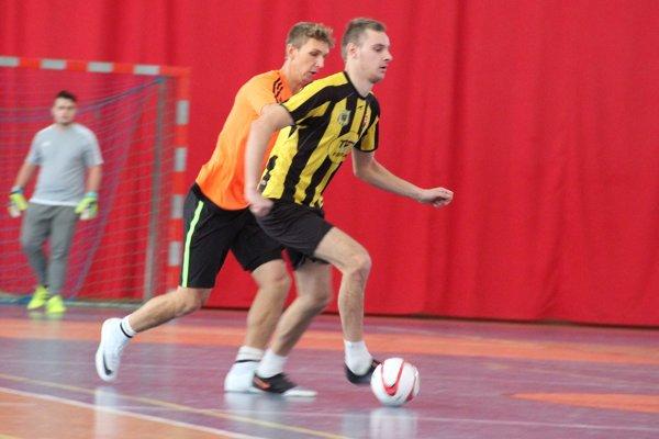 Lukáš Pňaček (v oranžovom) sa v prvom kole halovej ligy v Rabči zaskvel až desiatimi gólmi.