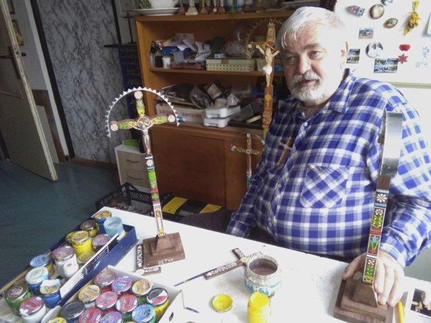Milan Malček vyrába kríže vo svojom byte.