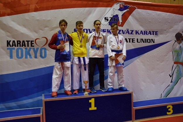 Uprostred v žltom víťazný Andrej Tvrdoň