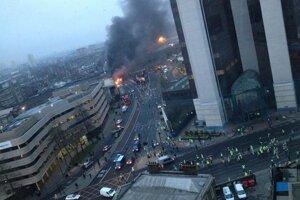 Hustý dym stúpa z miesta havárie vrtuľníka v centre Londýna. Twitter - Victor Jimenez