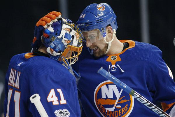 Brankár New Yorku Islanders Slovák Jaroslav Halák a jeho spoluhráč Calvin de Haan.