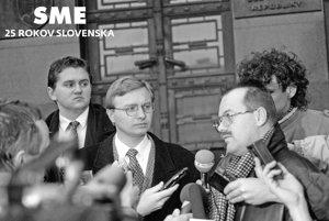 Michal Kováč mladší s advokátom Jánom Havlátom (v strede).