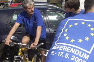 Mikuláš Dzurinda znovu kampaňoval na bicykli.