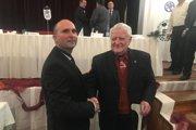 Nový predseda OblFZ Prievidza Anton Laco (vľavo) počas volebnej konferencie ocenil za rozvoj futbalu v regióne okrem iného i Michala Borka z Veľkej Lehôtky pri príležitosti jeho 80. narodenín.