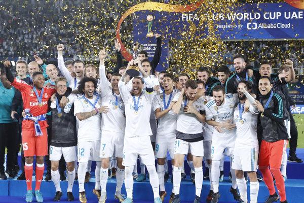 Hráči Realu Madrid oslavujú s trofejou pre víťaza MS klubov.