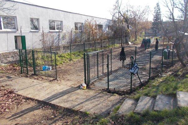 Objekt stojí na mestskom pozemku, ktorý bol dlhé roky nevyužívaný.