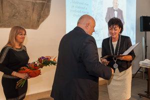 Ocenenie od primátorky Lenky Balkovičovej si preberá právnik Jozef Brázdil.