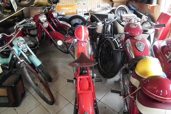 Gro Imrichovej zbierky tvoria motorky. Má ich dvanásť, trinástu dorába.