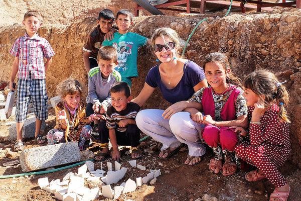 Zuzana Kuráňová v Iraku s deťmi žijúcimi v utečeneckom kempe.
