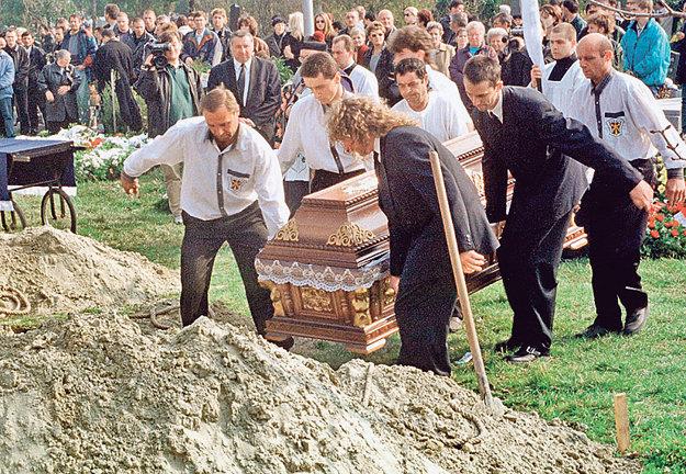 V deň pohrebu šéfa mafiánskej skupiny Tibora Pápaya prišli do Dunajskej Stredy stovky zvedavcov.