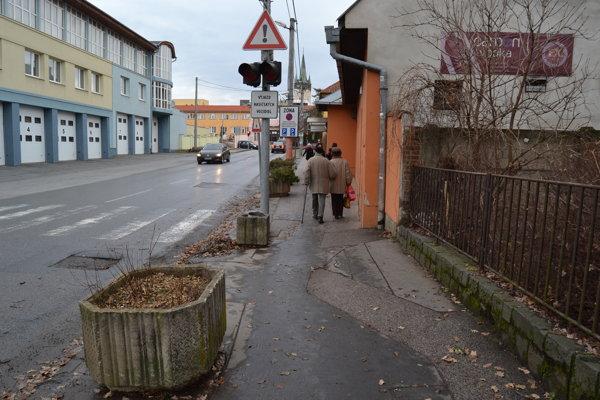 Kvetináče. Skrášľujú chodník už niekoľko týždňov.