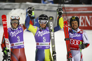 Švédsky slalomár Matts Olsson (v strede) oslavuje víťazstvo v paralelnom obrovskom slalome. Na druhom mieste skončil Nór Henrik Kristoffersen (vľavo) a na treťom Rakúšan Marcel Hirscher (vpravo).
