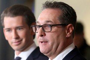 Líder krajne pavicovej Slobodnej strany Rakúska (FPÖ) Heinz-Christian Strache (v popredí).