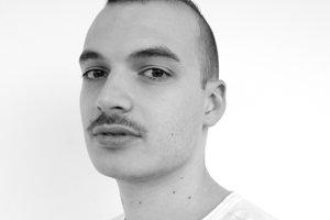 Michal Pudelka (27) pochádza z Bratislavy. Študoval módne návrhárstvo v Paríži, dnes žije v Londýne.