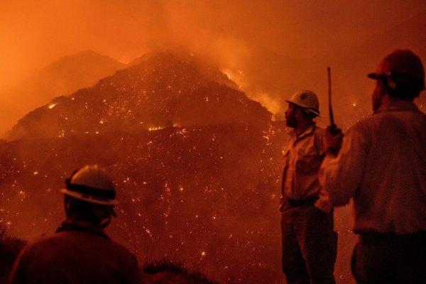 Hasiči monitorujú požiar Thomas.