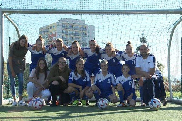 Maroš Pažout s dievčenským WU15 tímom Pohronia.