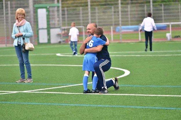 Timotej Gordulič s plačom v náručí trénera Pažouta po strelení si vlastného gólu.