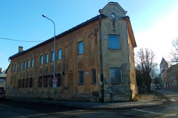 Nárožná budova púta pozornosť svojou zaujímavou stavbou ale hlavne zanedbaným stavom.
