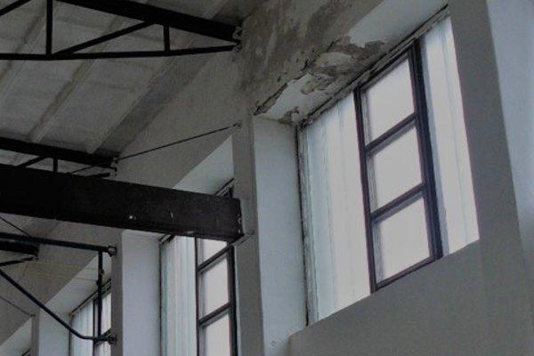 Telocvičňa v Slovenskom Pravne. Strecha je poškodená, do interiéru zateká.