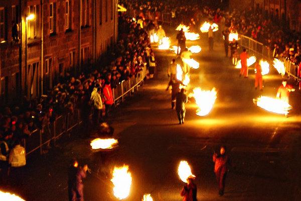 Škótsko. V rámci festivalu Hogmanay pochodujú ľudia ulicami s obrovskými ohnivými guľami.