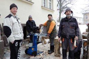 Obyvatelia Smolníka počas prípravy dreva na vykurovanie.