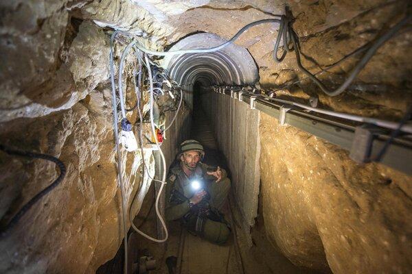 Izraelský vojak ukazuje novinárom tunel militantov z Hamasu. Niektoré tunely sú betónové a merajú aj tri kilometre. Ozbrojenci nimi prenikajú na izraelské územie. (AP Photo/Jack Guez)